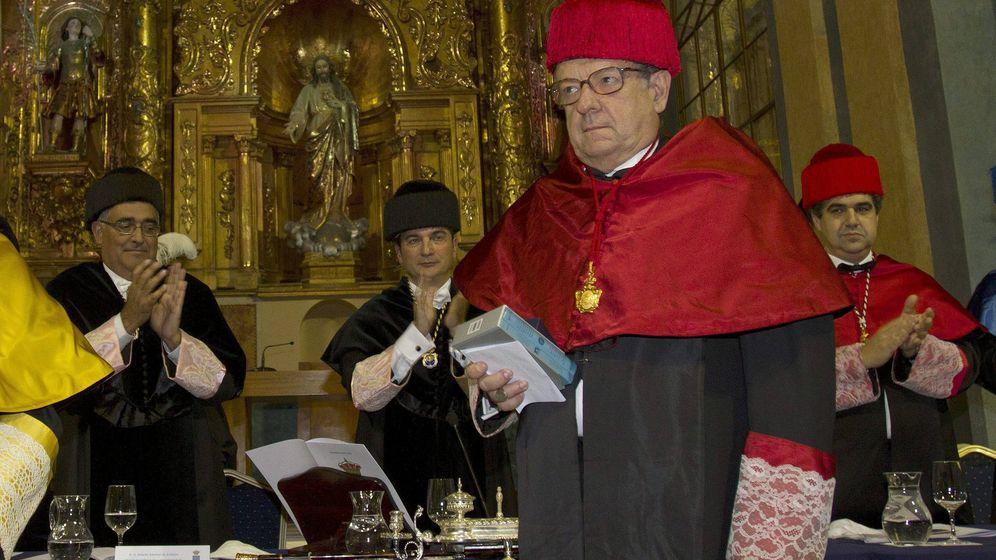 Foto: Miguel Herrero y Rodríguez de Miñón investido doctor Honoris Causa en la universidad de Cádiz. (EFE)