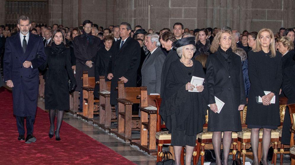 Foto: Los Reyes, en el funeral de la infanta Pilar. (EFE)