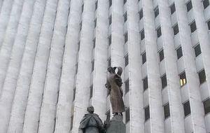 Ariza se lleva la estatua del Papa que levantó gracias a suscriptores