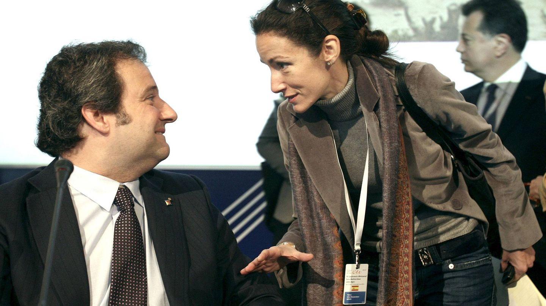 Telma, la hermana de la reina Letizia, con Jordi Hereu, alcalde socialista que la contrató. (EFE)
