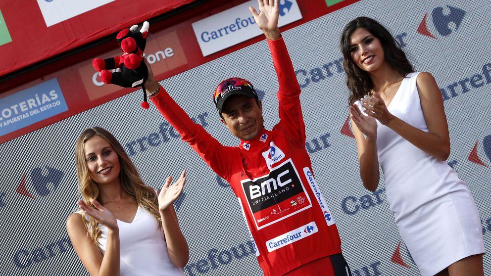 La Vuelta se quita un poco de caspa al eliminar el doble beso, pero aún queda
