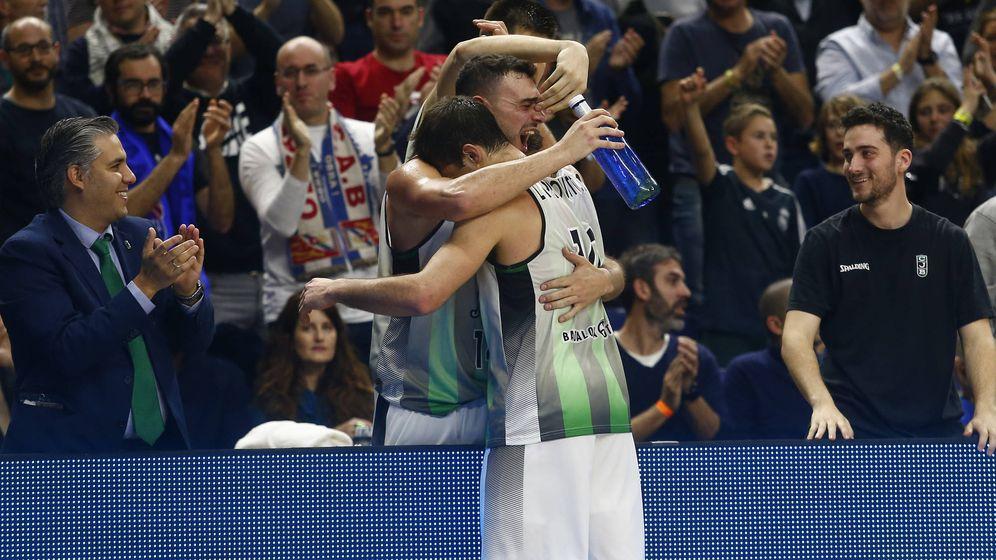 Foto: Albert Ventura, capitán del Joventut, abrazó a Nico Laprovittola tras su gran partido. (ACB Photo)
