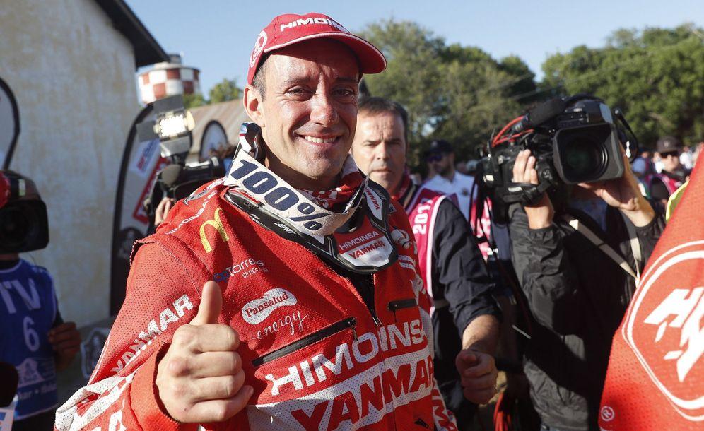 Foto: Farrés celebra su podio tras la última etapa del Dakar (David Fernández/EFE)