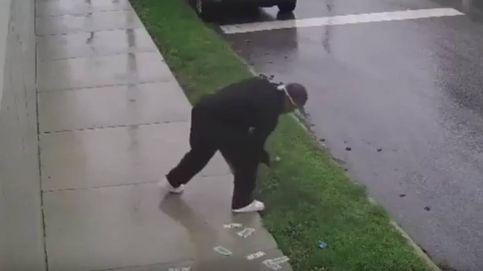 Huye en bicicleta de un robo y se le cae el dinero robado