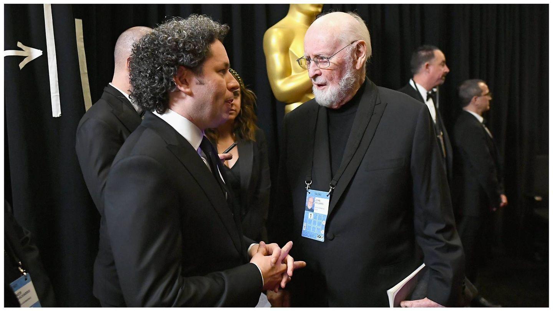 El compositor, junto a su compañero de profesión Gustavo Dudamel en los Oscar de 2019. (Getty)