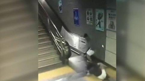 Una mujer china se cae por un agujero del metro