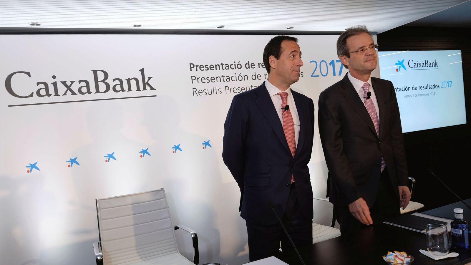 Foto: El consejero delegado de CaixaBank, Gonzalo Gortázar (i), y su presidente, Jordi Gual. (Reuters)