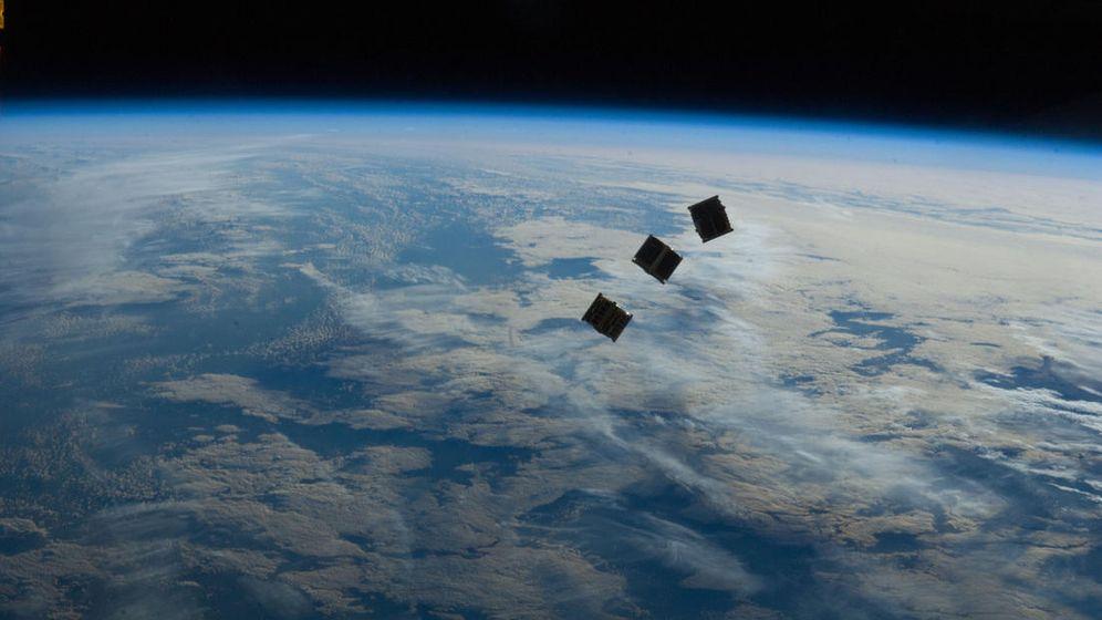 Foto: Tres pequeños CubeSats orbitando sobre nuestro planeta