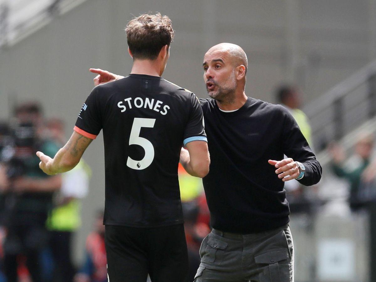 Foto: Pep Guardiola da instrucciones al central inglés Stones. (REUTERS)