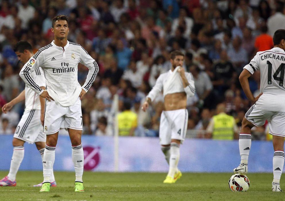 Foto: Los jugadores del Real Madrid sufrieron un duro golpe en el derbi (Reuters)