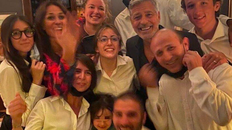 El selfie de los Clooney. (Instagram @ristorantegattonero)