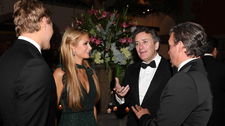 Agag charla con Paris Hilton durante una cena en México. (Getty)