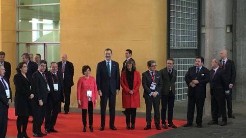 Felipe VI inaugura el Mobile más tenso entre el 'boicot' de Colau y gritos de Viva el Rey