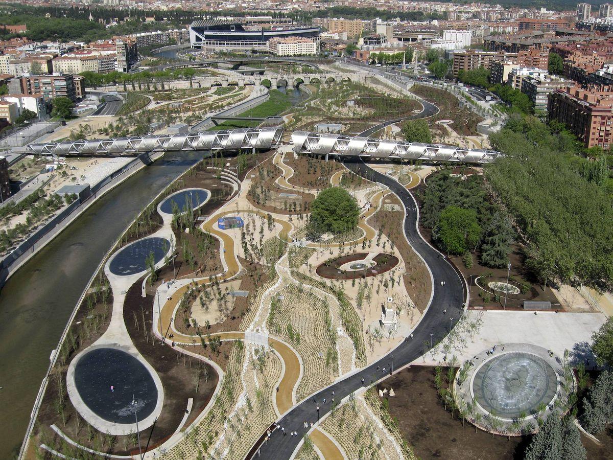 Foto: Vista aérea de Madrid Río, el parque del Manzanares de la capital. (EFE)