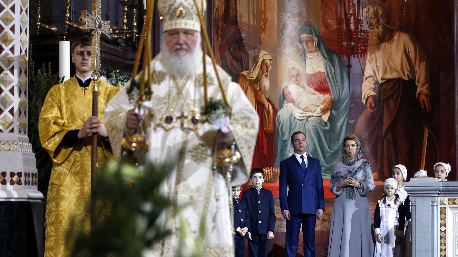 Foto: El patriarca Kirill, con el primer ministro ruso Medvedev y su familia, de fondo