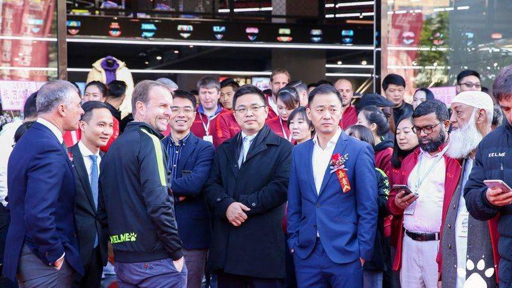 Foto: Borja García-Nieto y Carlos Garcia, con Ke Yongxiang y otros ejecutivos chinos en la inauguración de la 'flagship store' en Fujian