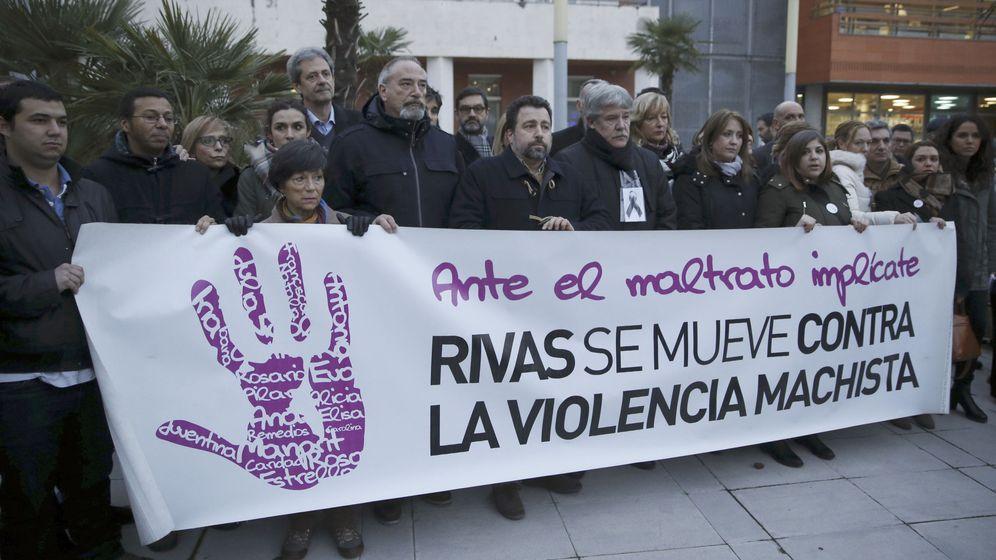 Foto: Concentración en Rivas Vaciamadrid contra el asesinato de una vecina a manos de su pareja el pasado 1 de enero. (EFE)