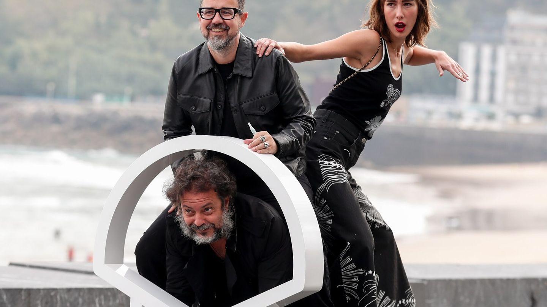 Paco Plaza (i), el productor, Enrique López Lavigne y la actriz, Almudena Amor presentan 'La abuela' en San Sebastián. (Efe)