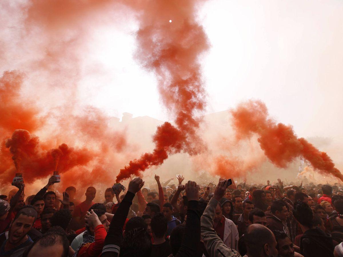 Foto: Los 'ultras' del Al Ahly protestan frente al Ministerio de Interior tras la sentencia de la masacre de Port Said. (Reuters)