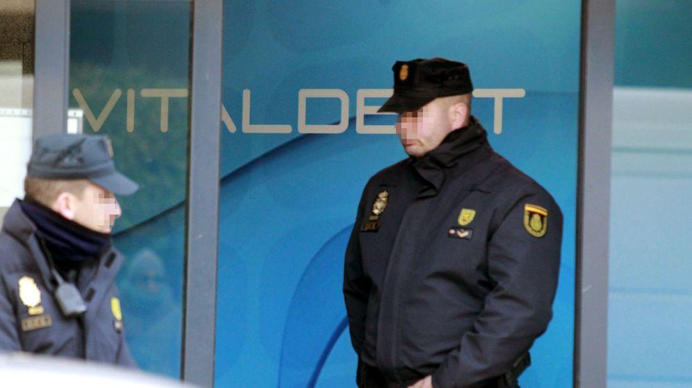 Foto: La Policía entró en las oficinas de Vitaldent en febrero de 2016. (EFE)