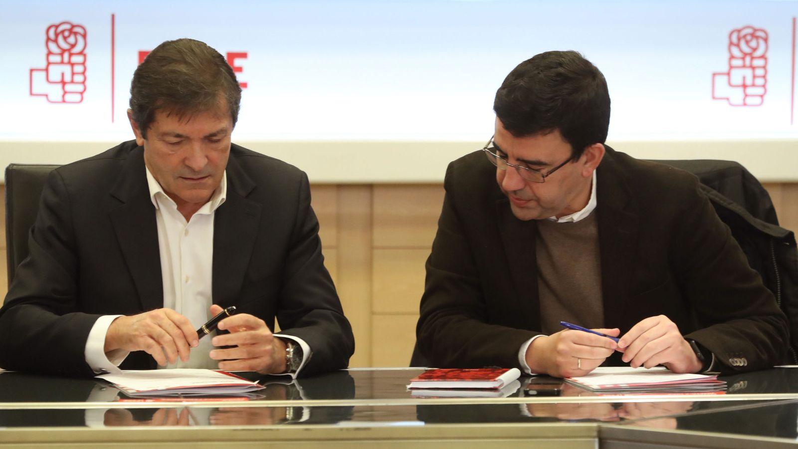 Foto: Javier Fernández y Mario Jiménez, presidente y portavoz de la gestora del PSOE, el pasado 4 de enero en Ferraz, en la última reunión de la dirección interina. (EFE)