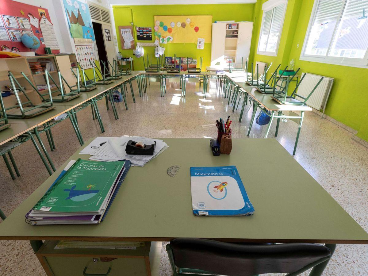 Foto: Un aula vacía de un colegio en Murcia. (EFE)