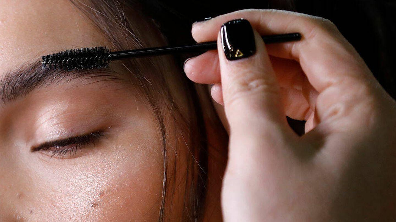 La vaselina s epuede utilizar para fijar las cejas e incluso aumentar su grosor. (Getty)