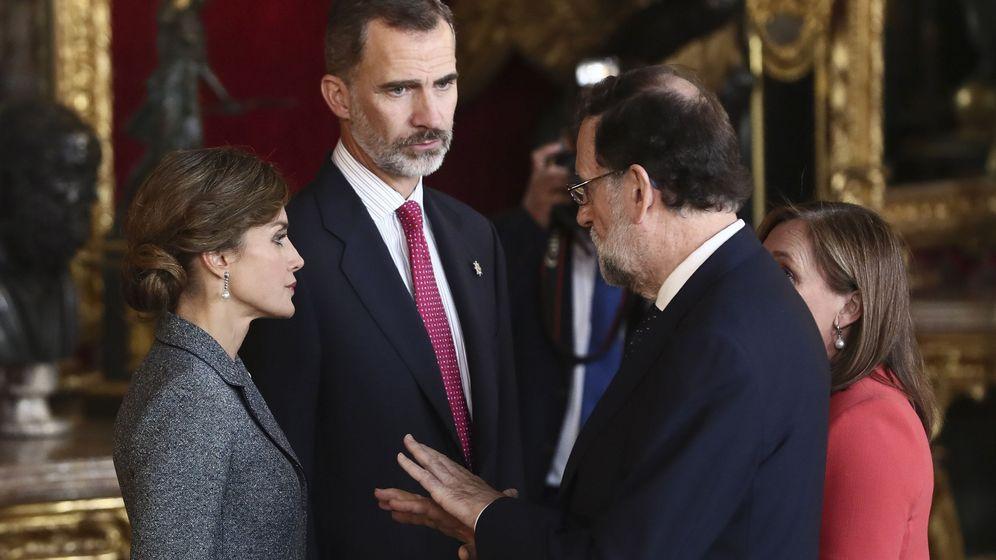 Foto: os Reyes conversan con el presidente del Gobierno, Mariano Rajoy, acompañado de su mujer Elvira Fernández en Palacio Real. (EFE)