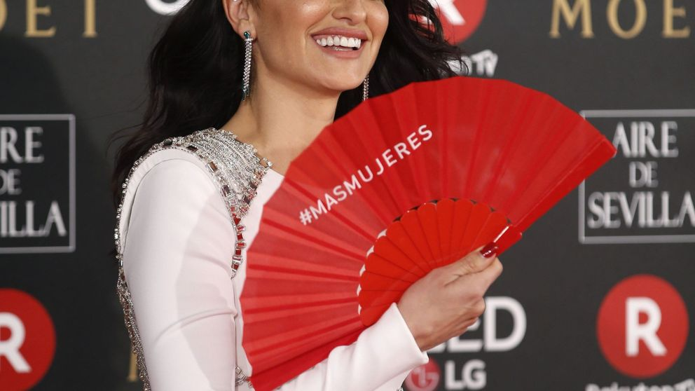 ¿Por qué llevan un abanico rojo en la gala de los Premios Goya?