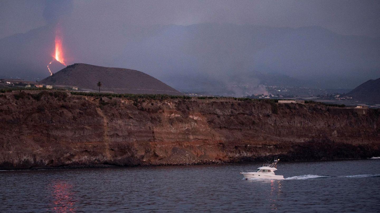 El volcán, desde el mar. (EFE)