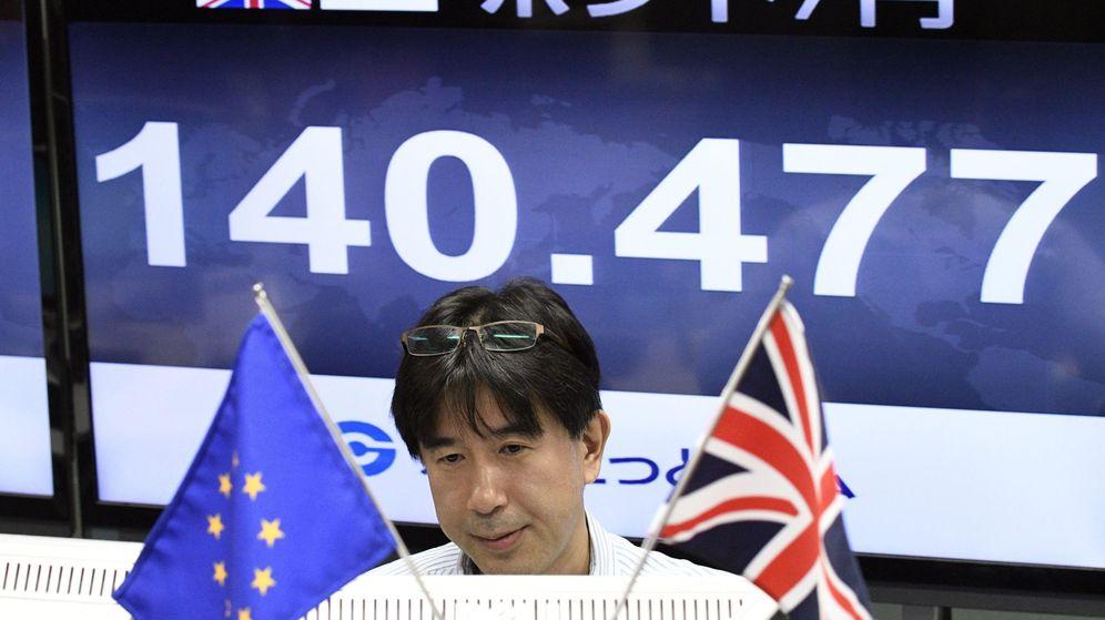 Foto: Un monitor informa del tipo de cambio de la libra esterlina este viernes en Tokio. (EFE)