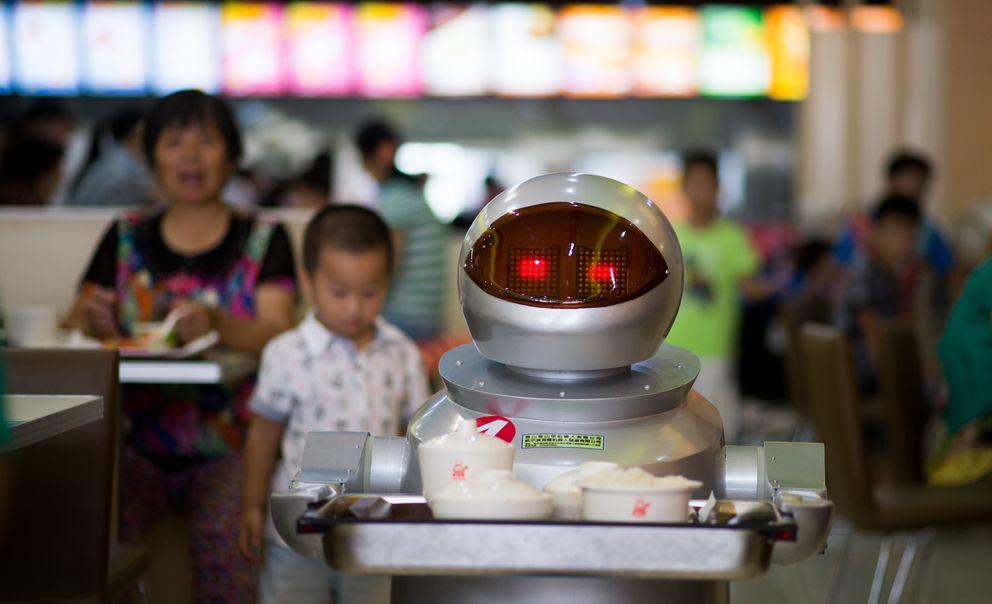 Foto: No enferman ni piden vacaciones, el restaurante que cambió camareros por robots