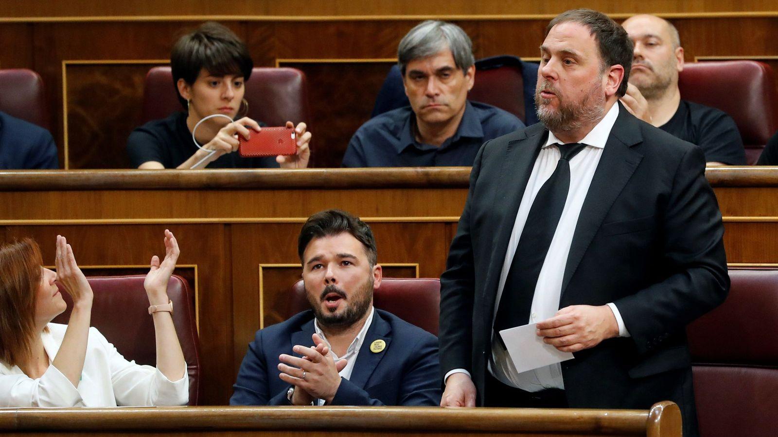 Foto: El líder de ERC, Oriol Junqueras, que se encuentra en prisión provisional, jura o promete su cargo durante la sesión constitutiva de las nuevas Cortes Generales. (EFE)