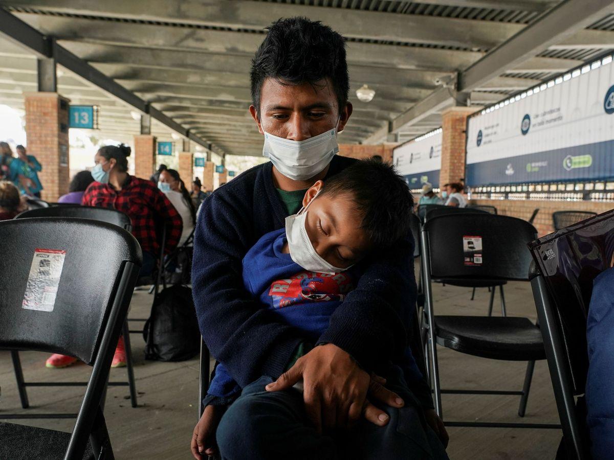 Foto: Un hombre con su hijo en brazos. (Reuters)