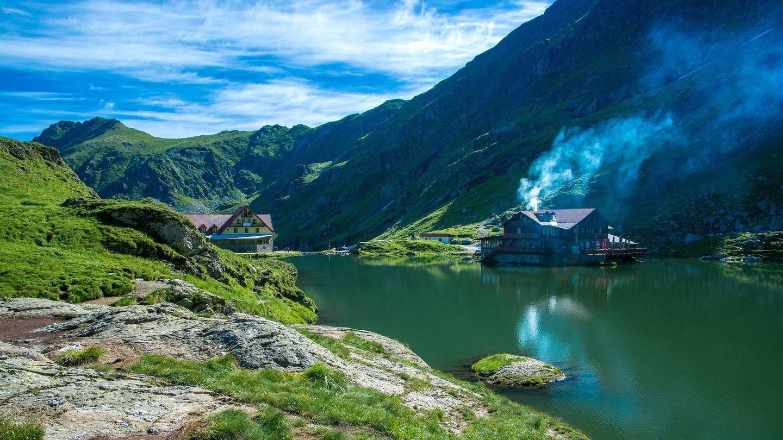 Lagos, hoteles y puestos de artesanía; la Transfagarasan de Rumanía es una ruta recomendable.