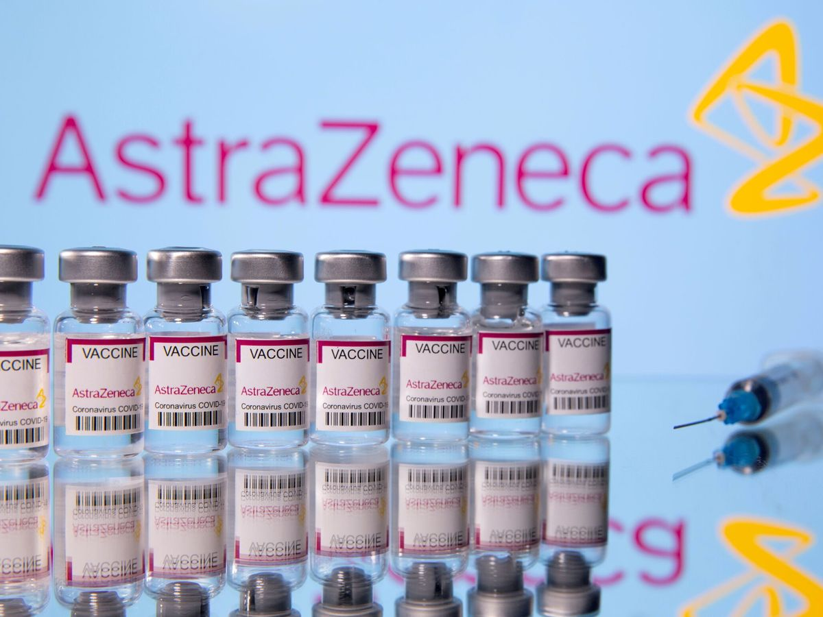 """Foto: File photo: vials labelled """"astra zeneca covid-19 coronavirus vaccine"""" and a syringe are seen in front of a displayed astrazeneca logo in this illustration photo"""
