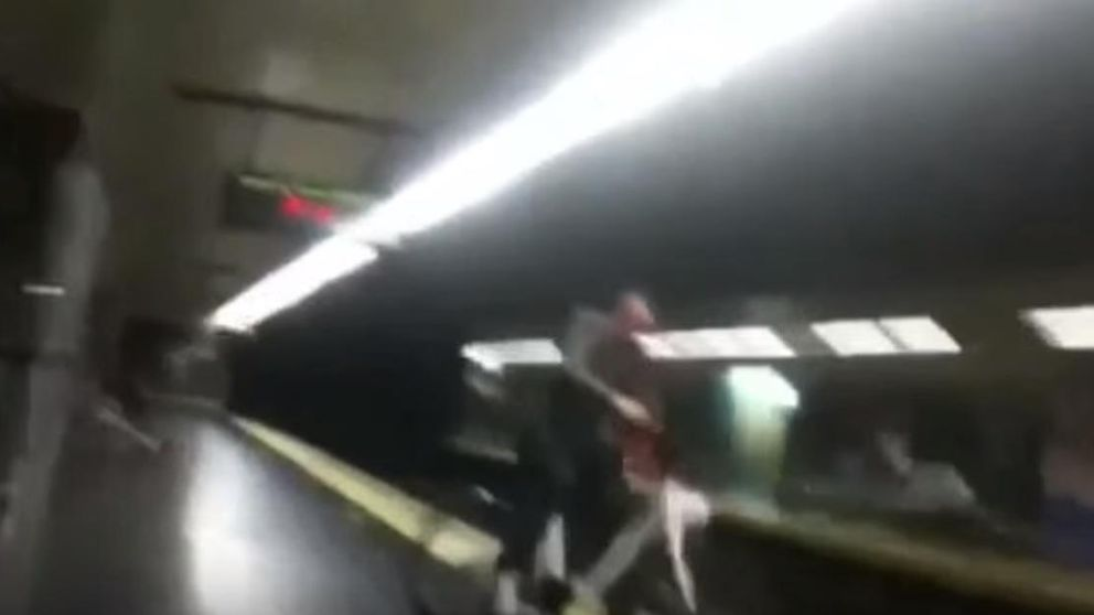 Cae un hombre al Metro mientras circula por el andén con una BiciMAD