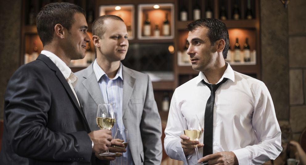 Foto: De esto debes hablar con tus compañeros de trabajo fuera de la oficina para tener éxito. (iStock)