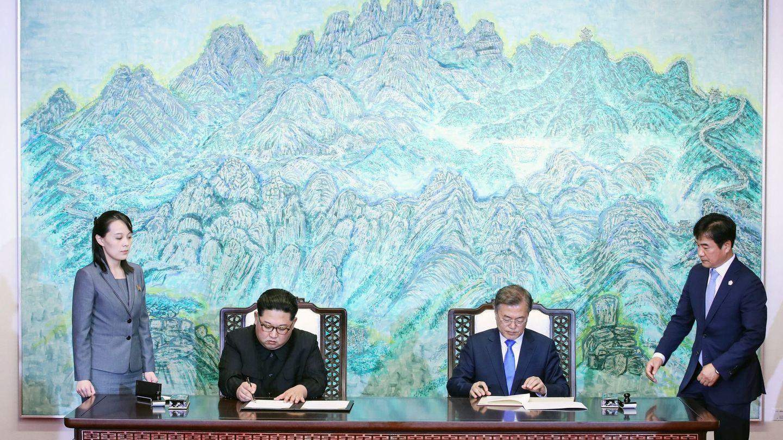 El líder norcoreano Kim Jong-un y el presidente surcoreano Moon Jae-in firman un acuerdo durante la cumbre intercoreana en la Zona Desmilitarizada, el 27 de abril de 2018. (EFE)