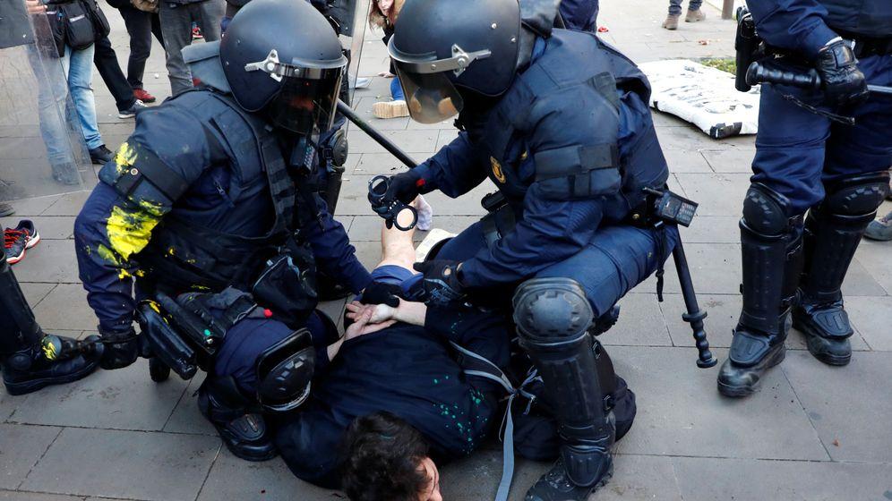 Foto: Mossos reducen a un manifestante en Barcelona. (Reuters)