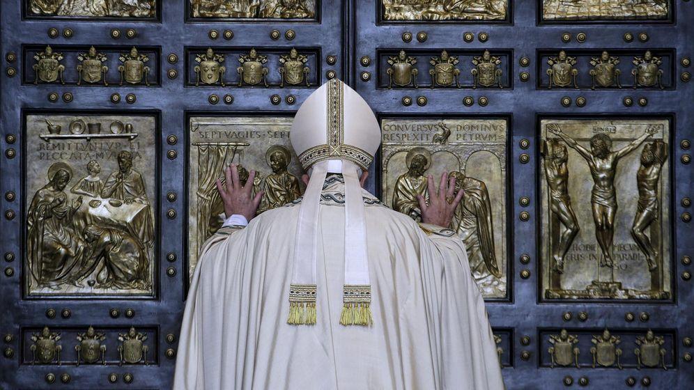 Foto: El Papa Francisco abre la Puerta Santa de la Basílica de San Pedro del Vaticano, el 8 de diciembre de 2015 (Reuters).