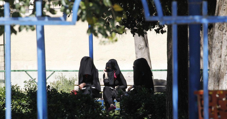 Foto: Tres mujeres se sientan en un parque de la ciudad de Raqqa, la capital en Siria del autodenominado Estado Islámico (Reuters).