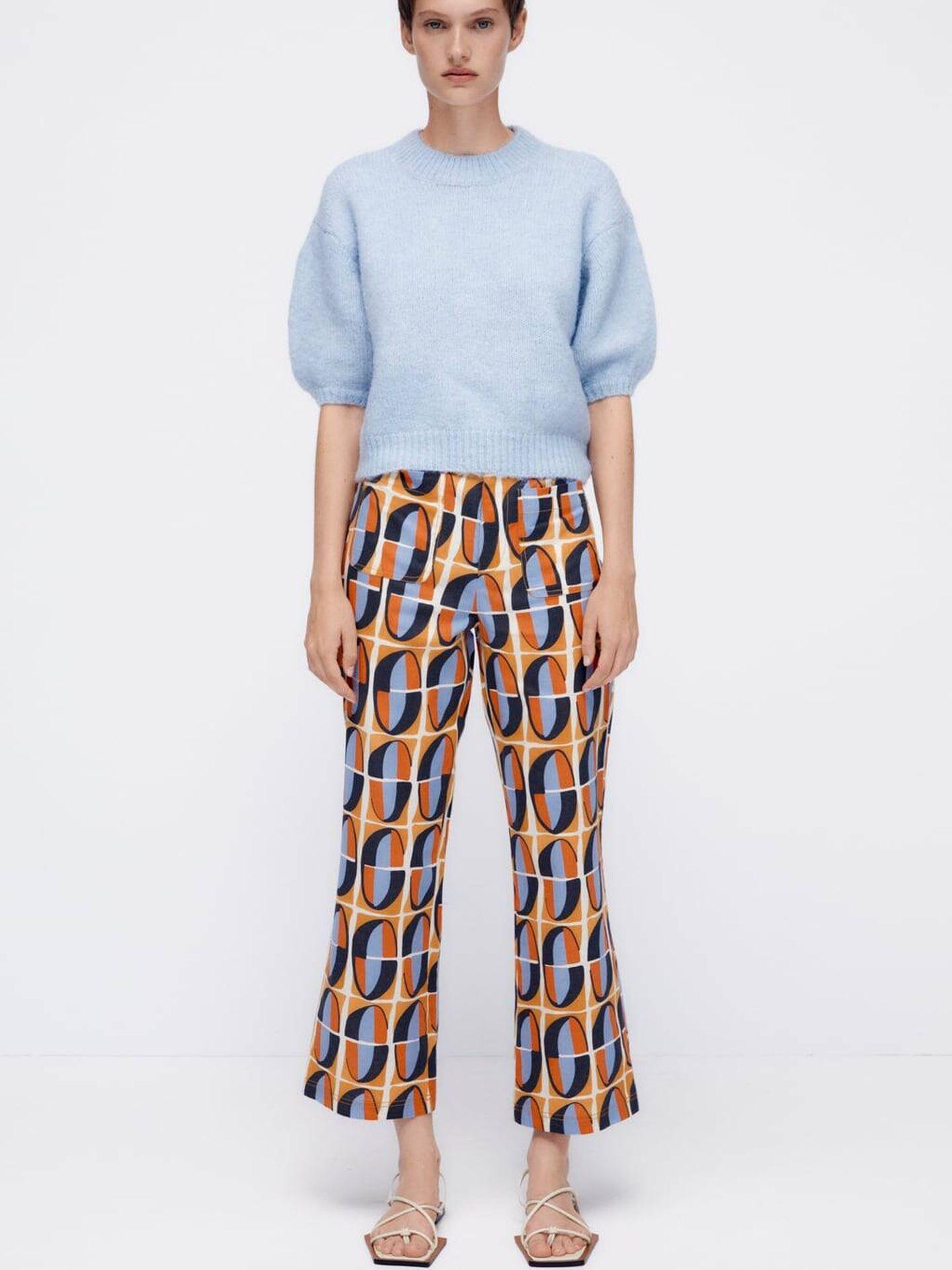 Pantalón estampado y jersey corto de lo nuevo de Zara. (Cortesía)