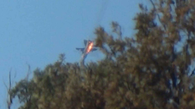 El Su-24 ruso en llamas tras ser alcanzado por disparos de dos cazas turcos cerca de la frontera con Siria. (Reuters)