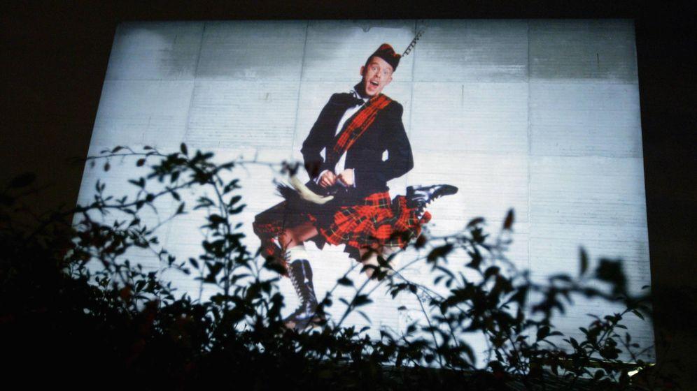 Foto: Imagen de Alexander McQueen en el Teatro Nacional de Londres. (Fuente: Getty).