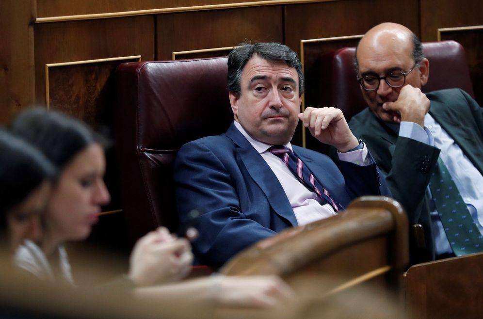 Foto: Aitor Esteban y Mikel Legarda, en el Congreso de los Diputados. (EFE)