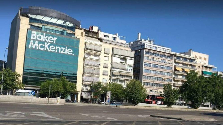 Goteo de salidas en Baker & McKenzie con la rentabilidad por socio en el foco