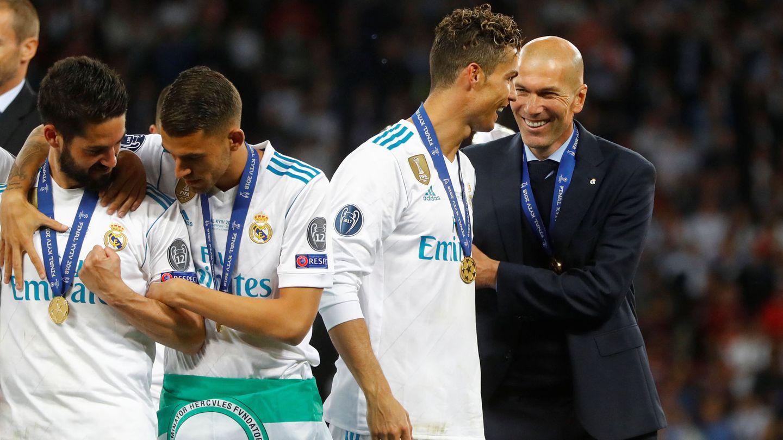 Cristiano Ronaldo y Zidane, sonrientes, en Kiev tras ganar la Champions. (EFE)