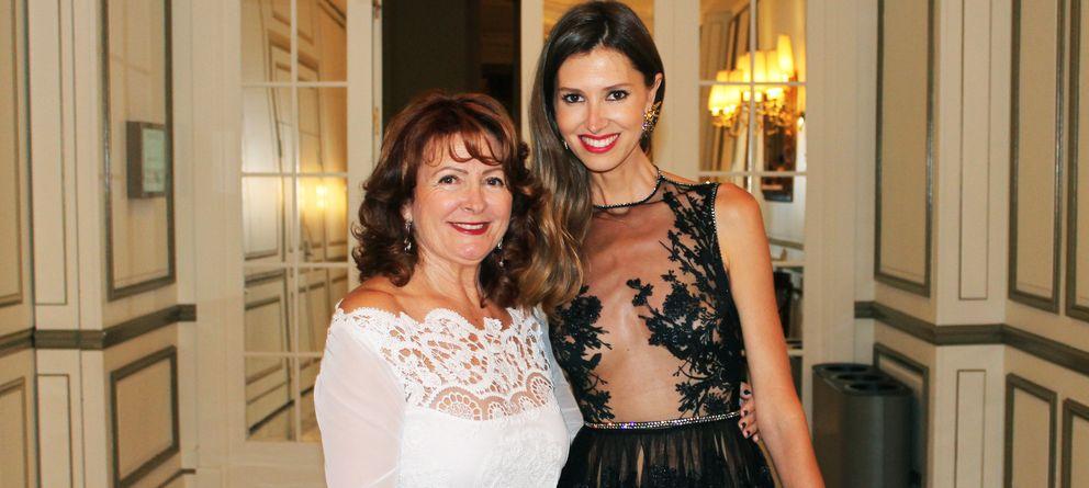 Foto: Charo Ruiz y Ana Vide con el famoso vestido que llevó Pedroche