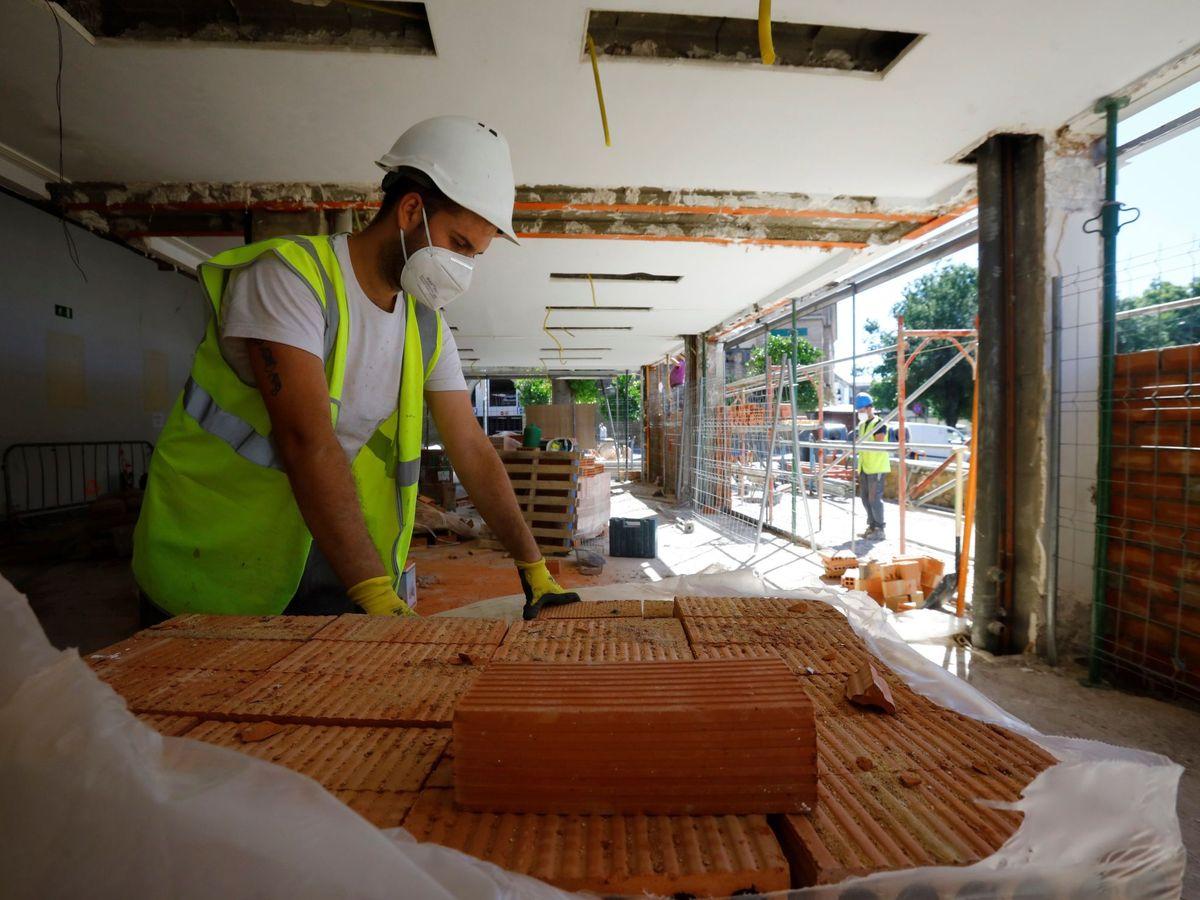 Foto: Operarios de la construcción, en Córdoba. (EFE)